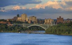 Ansicht zu Henry Hudson Bridge von Hudson River Lizenzfreie Stockbilder