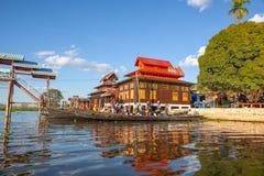 Ansicht zu Katzenkloster Klosters Nga Phe Kyaung springendem vom Boot mit anderen Booten herum geparkt Inle See, Myanmar lizenzfreies stockbild