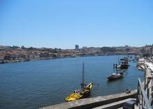 Ansicht zu Rio Duero mit seinen Weinlesebooten, Oporto stockfoto