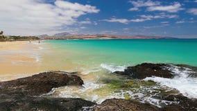 Ansicht zu sandigem Strand Costa Calmas im Süden von Fuerteventura, an zweiter Stelle größte Kanarische Insel, Spanien stock video footage