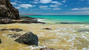 Ansicht zu sandigem Strand Costa Calmas im Süden von Fuerteventura, an zweiter Stelle größte Kanarische Insel, Spanien stock video