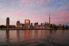 Ansicht zu Toronto-Skylinen vom Ontario See am Abend Stockbild