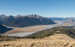 Ansicht zu Waimakariri-Fluss von der Bergkuppe Stockfotos