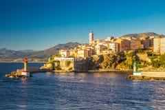 Ansicht zum alten Stadtzentrum Bastias, zum Leuchtturm und zum Hafen Stockfotografie
