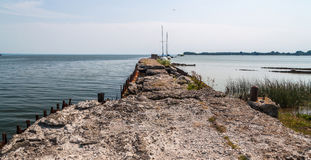 Ansicht zum alten verlassenen konkreten Pier Stockfoto
