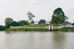 Ansicht zum Astana-Gouverneur ` s Palast in Kuching, Malaysia lizenzfreie stockfotos