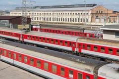 Ansicht zum Bahnhof mit bereitem, abzureisen Züge in Vilnius, Litauen Lizenzfreie Stockfotos