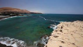 Ansicht zum berühmten Ajuy-Schwarz-Sandstrand im Süden von Fuerteventura, an zweiter Stelle größte Kanarische Insel, Spanien stock footage