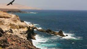 Ansicht zum berühmten Ajuy-Steinstrand im Süden von Fuerteventura, an zweiter Stelle größte Kanarische Insel, Spanien stock video footage