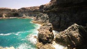 Ansicht zum berühmten Ajuy-Steinstrand im Süden von Fuerteventura, an zweiter Stelle größte Kanarische Insel, Spanien stock video