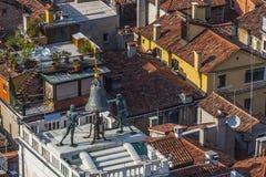 Ansicht zum berühmten clocktower an Platz Sans Marco in Venedig Stockfotografie