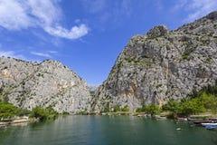 Ansicht zum Berg und zum Hafen Omis, adriatisches Meer, Kroatien Stockfotos