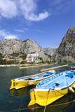 Ansicht zum Berg und zum Hafen Omis, adriatisches Meer, Kroatien Lizenzfreie Stockfotos