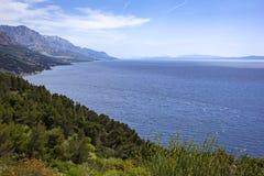 Ansicht zum Berg und zum Strand, adriatisches Meer, Kroatien Lizenzfreies Stockfoto