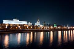 Ansicht zum Damm des Flusses, des Moskaus der Kreml und des Iwans der große Glocke-Turmkomplex Stockbild