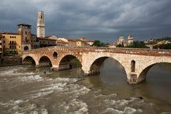 Ansicht zum die Etsch-Fluss in Verona lizenzfreie stockfotos