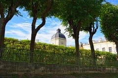 Ansicht zum Gatchina-Palast durch die Hecke eines Gartens Lizenzfreie Stockfotos