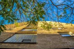 Ansicht zum Himmel im Wohnbereich stockbild