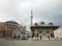 Ansicht zum historischen Brunnen der Ahmed IIIs und Moschee und des Museums Hagia Sophia im Hintergrund, Istanbul lizenzfreie stockbilder