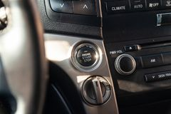 Ansicht zum Innenraum von Toyota Land Cruiser 200 mit Armaturenbrett, Start-Stopp-Knopf nachdem dem Säubern vor Verkauf auf Parke lizenzfreie stockfotografie