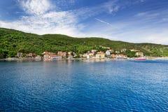 Ansicht zum insel Cres, das durch Kiefer, Istria, Kroatien umgibt Lizenzfreie Stockbilder