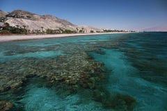 Ansicht zum Korallenriff und zum Strand im Golf von Elat lizenzfreies stockbild