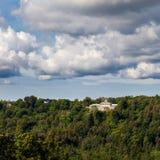 Ansicht zum Krimulda-Palast auf Hügel, Lettland lizenzfreies stockbild