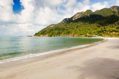 Ansicht zum leeren tropischen Inselstrand Stockfotos