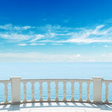 Ansicht zum Meer von der Terrasse mit Balkon Lizenzfreie Stockfotos