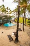 Ansicht zum Pool- und Strandbereich des afrikanischen Hotels Lizenzfreies Stockfoto