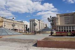 Ansicht zum russischen Parlament und Okhotny Ryad in Moskau stockfotografie