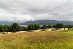 Ansicht zum See und zum Ackerland am connemara in Irland Stockfotografie