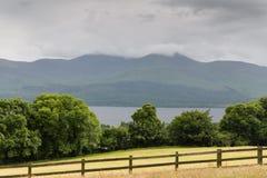 Ansicht zum See und zum Ackerland am connemara in Irland Lizenzfreies Stockfoto