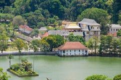 Ansicht zum Tempel des Zahnes Sri Dalada Maligawa mit dem goldenen Dach, welches die Sonne in Kandy, Sri Lanka reflektiert Stockbilder