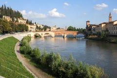 Ansicht, zum von Ponte Pietra in Verona auf die Etsch-Fluss zu überbrücken Lizenzfreie Stockbilder