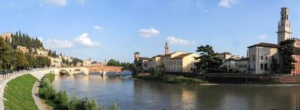 Ansicht, zum von Ponte Pietra in Verona auf die Etsch-Fluss zu überbrücken Lizenzfreie Stockfotos