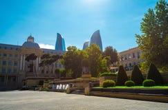 Ansicht, zum von Türmen in Baku zu flammen Lizenzfreie Stockfotos