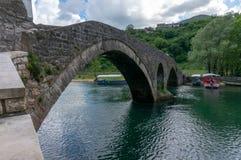 Ansicht zur alten Brücke im Dorf Rijeka Crnojevica, das im Wasser in Montenegro sich reflektiert Stari am meisten lizenzfreies stockbild