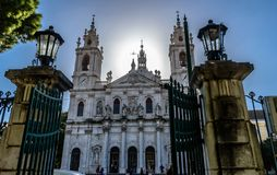 Ansicht zur Basilika DA Estrela gestaltete durch die Tore von Jardim DA Estrela, Lapa - Portugal stockbilder