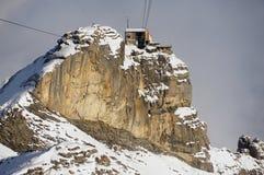 Ansicht zur Birg-Seilbahnstation von der Drahtseilbahngondel auf dem Weg zu Schilthorn in Murren, die Schweiz Lizenzfreie Stockfotografie