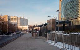 Ansicht zur Botschaft der Vereinigten Staaten von Amerika in Moskau in der Winterzeit Ansicht zum russischen Weißen Haus in Moska stockbilder