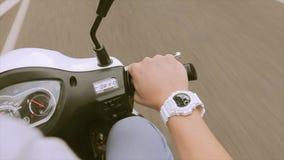 Ansicht zur Hand vom Mann auf Lenkrad-Antriebsmotorrad reisen Weiße Uhr Straße drehzahl stock video footage