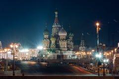 Ansicht zur Kathedrale, zum Roten Platz und zum GUMMI St.-Basilikums in Moskau Stockfotos
