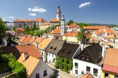 Ansicht zur Kirche und zum Schloss in Cesky Krumlov, Tschechische Republik Stockfotografie
