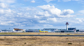Ansicht zur Ladefläche an internationalem Flughafen Frankfurts Stockfoto