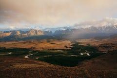 Ansicht zur Nord-Chuya-Kante und zur Kuray-Steppe von oben Fluss Katun Russland Stockbilder