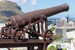 Ansicht zur pld Kanone am Eingang zum Fort Adelaide, welches die Stadt in Port Louis, Mauritius übersieht Stockfotografie