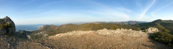 Ansicht zur Seeküste vom hohen Berg Stockfoto