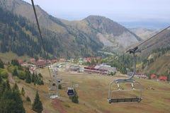 Ansicht zur Shymbulak-Skistation von der Drahtseilbahn in Almaty, Kasachstan Lizenzfreies Stockfoto