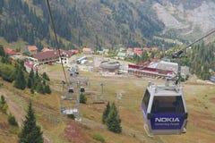 Ansicht zur Shymbulak-Skistation von der Drahtseilbahn in Almaty, Kasachstan Stockfotos